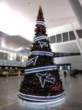 Árvore do ` s do ano novo decorada com aviões imagem de stock