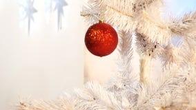Árvore do White Christmas com as bolas de vidro vermelhas filme