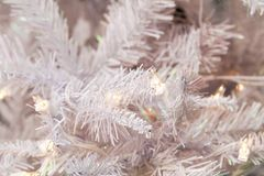 Árvore do White Christmas com luz Fotografia de Stock