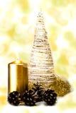 Árvore do White Christmas com vela e os cones dourados Imagens de Stock Royalty Free