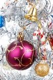 Árvore do White Christmas decorada com muitos presentes Fotos de Stock Royalty Free