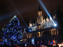 A árvore e as luzes de Natal mostram no quadrado principal de Bruxelas Foto de Stock