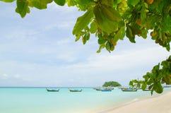 Árvore e barco no mar em Tailândia Imagens de Stock