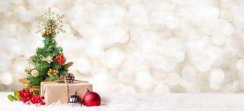 Árvore e caixa de presente de Natal no fundo da luz do bokeh do borrão, Winte imagem de stock