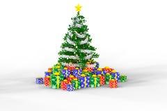 Árvore e caixas de presente de Cristamas em um backgroun branco Fotografia de Stock Royalty Free