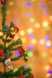 Árvore e caixas de presente de Natal, no fundo claro Imagens de Stock