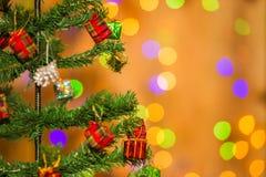 Árvore e caixas de presente de Natal, no fundo claro Fotografia de Stock