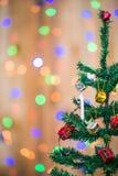 Árvore e caixas de presente de Natal, no fundo do bokeh Foto de Stock