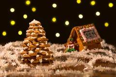 Árvore e casa do pão-de-espécie do Natal com luzes Fotos de Stock