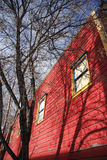 Árvore e edifício vermelho Fotos de Stock