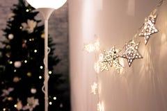 Árvore e luzes bonitas de Natal fotografia de stock