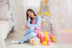 Árvore e modelo de Natal com presentes Fotos de Stock