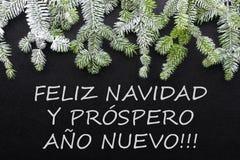 Árvore e neve de abeto no fundo escuro Cartão de Natal dos cumprimentos postcard christmastime Branco e verde vermelhos imagens de stock royalty free