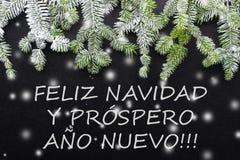 Árvore e neve de abeto no fundo escuro Cartão de Natal dos cumprimentos postcard christmastime Branco e verde vermelhos fotografia de stock