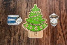 Árvore e ornamento do feriado com as etiquetas retros essenciais da vária mensagem, isoladas no fundo clássico velho da folhosa d Fotos de Stock Royalty Free