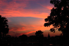 Árvore e pagode da silhueta no crepúsculo Imagens de Stock Royalty Free
