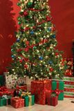 Árvore e presentes de Natal fotos de stock