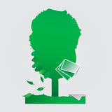 Árvore e uma mistura de folhas e de folhas de papel Imagem de Stock