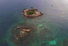 Árvore em uma rocha no meio do mar, Bintan, Indonésia Imagem de Stock