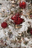 Árvore geada do White Christmas com ornamento vermelhos Imagem de Stock