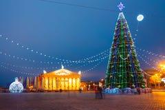 Árvore, iluminações e decorações de Natal dentro imagens de stock