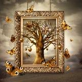 Árvore mágica com maçãs e as borboletas douradas no quadro. Conceito Imagens de Stock Royalty Free