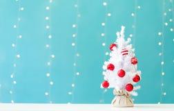 Árvore pequena do White Christmas com quinquilharias imagens de stock royalty free