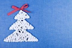 Árvore pequena do White Christmas no papel azul Imagens de Stock Royalty Free