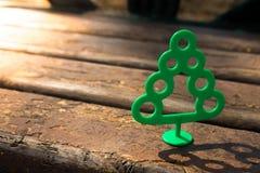 Árvore plástica em background1 de madeira Imagem de Stock