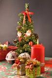 Árvore, presentes e vela de Natal imagens de stock