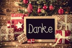 A árvore, presentes retros, caligrafia Danke significa agradece-lhe fotografia de stock