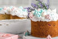 A árvore saboroso decora bolos em uma placa de madeira branca redonda em um w Fotografia de Stock
