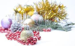 Árvore spruce sempre-verde do Natal, bola de vidro e neve Fotografia de Stock