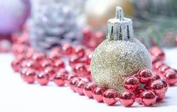 Árvore spruce sempre-verde do Natal, bola de vidro e neve Fotos de Stock