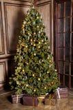 Árvore verde clássica do ano novo com presentes fotografia de stock