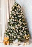Árvore verde clássica do ano novo com presentes foto de stock royalty free
