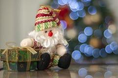 Árvore verde da caixa de presente, do Papai Noel e de Natal no fundo com o espaço para escrever a mensagem fotografia de stock