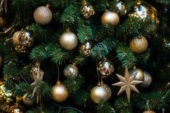 Árvore verde do ano novo decorada fotografia de stock
