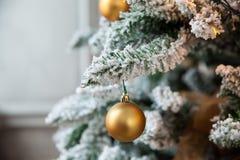 Árvore verde do ano novo decorada foto de stock