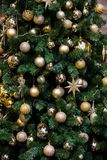 Árvore verde do ano novo decorada imagens de stock
