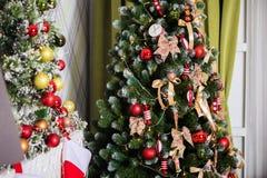 Árvore verde do ano novo decorada fotos de stock