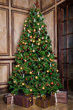 Árvore verde do ano novo decorada fotos de stock royalty free