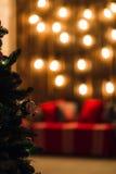 Árvore verde do ano novo decorada com bola O fundo do Natal ilumina o efeito do bokeh Imagens de Stock