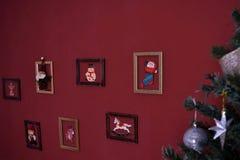 Árvore verde do Natal com brinquedos imagens de stock royalty free