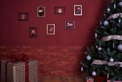 Árvore verde do Natal com brinquedos Fotos de Stock