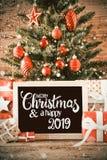 Árvore vertical, presentes, Feliz Natal da caligrafia e um 2019 feliz, flocos de neve fotografia de stock royalty free