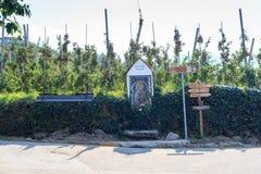 Árvores, capela e letreiros de Apple em Tirol sul Fotografia de Stock