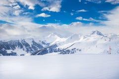 Árvores cobertas pela neve fresca em cumes de Tyrolian, Kitzbuhel, Áustria Imagem de Stock Royalty Free