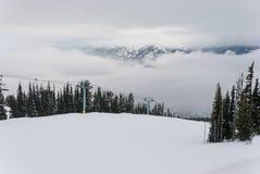 Árvores cobertos de neve na parte superior da montanha Imagens de Stock Royalty Free