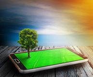 Árvores da tecnologia no telefone para resolver o aquecimento global imagem de stock royalty free